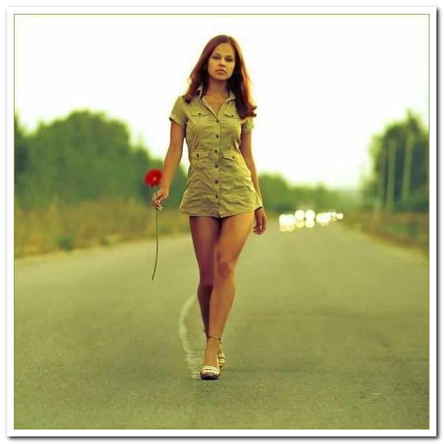 девушка идет на каблуках