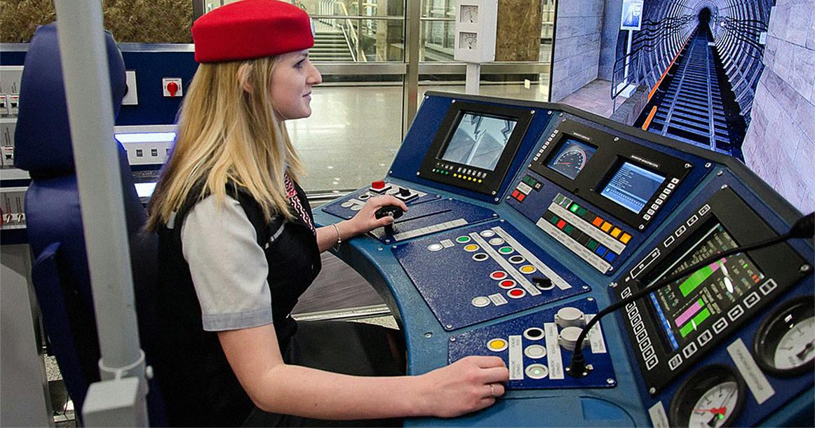 Женщина - машинист метро