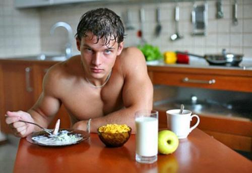 Завтрак атлета парень фитнес