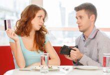 Должна ли девушка сама за себя платить на первом свидании: мнения и факты