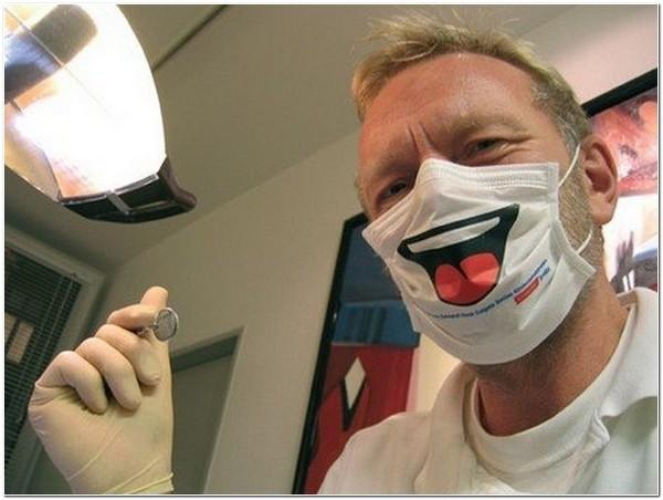 стоматолог в веселой маске