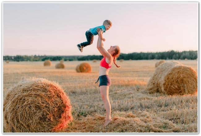 Анна Денисова с сыном в поле