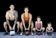спортивная семья с гирями
