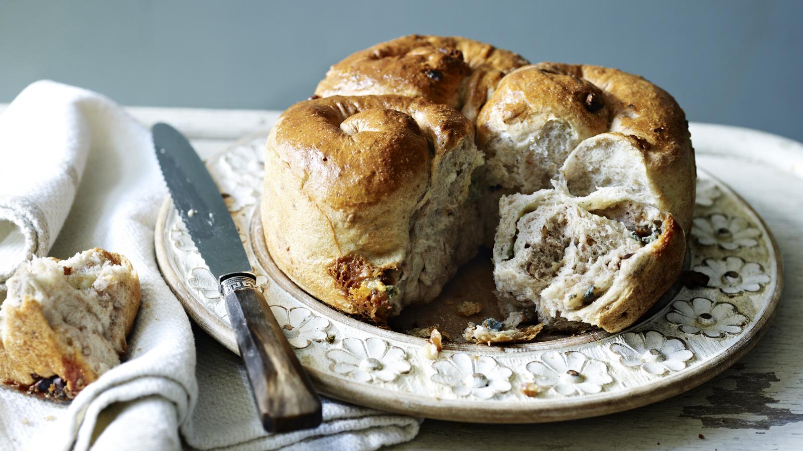Хлеб с сыром и орехами