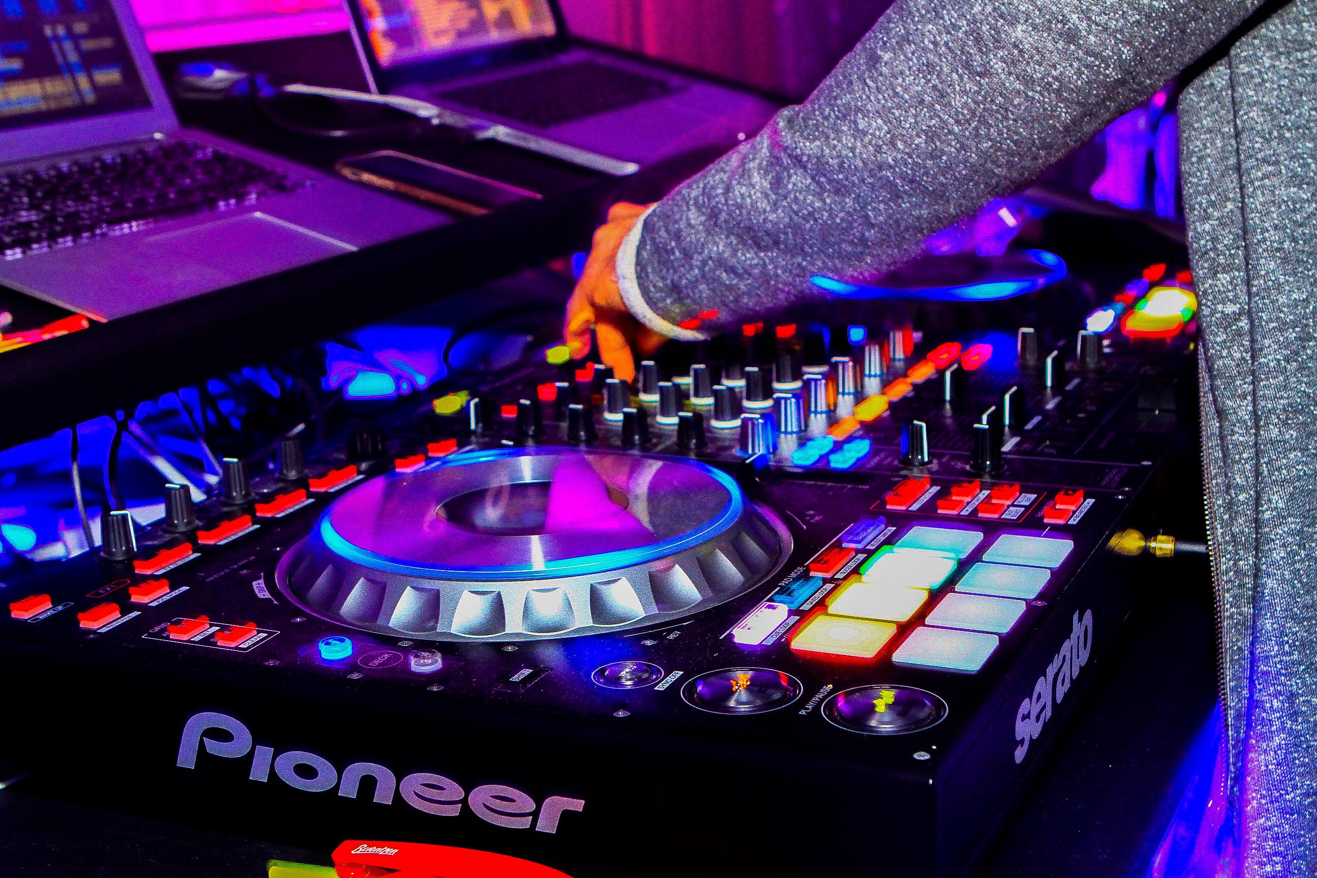 Работа DJ в клубе