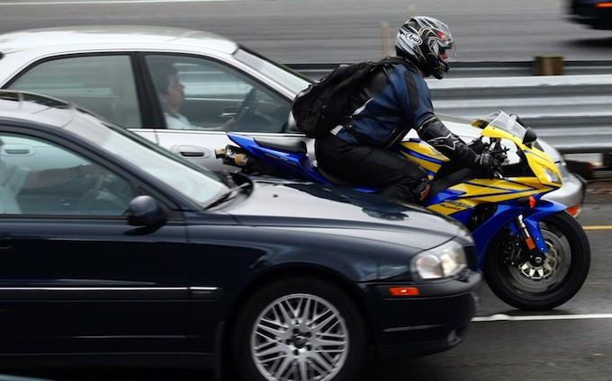 Мотоцикл и машины