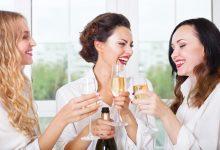 Женщины пьют шампанское