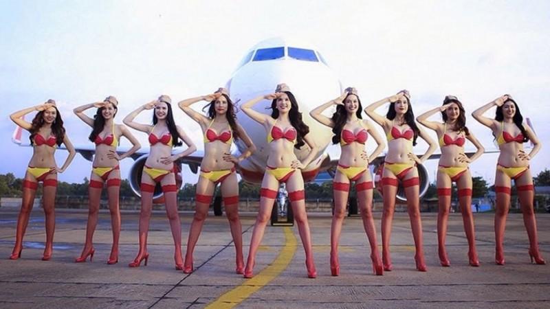 Стюардессы в бикини