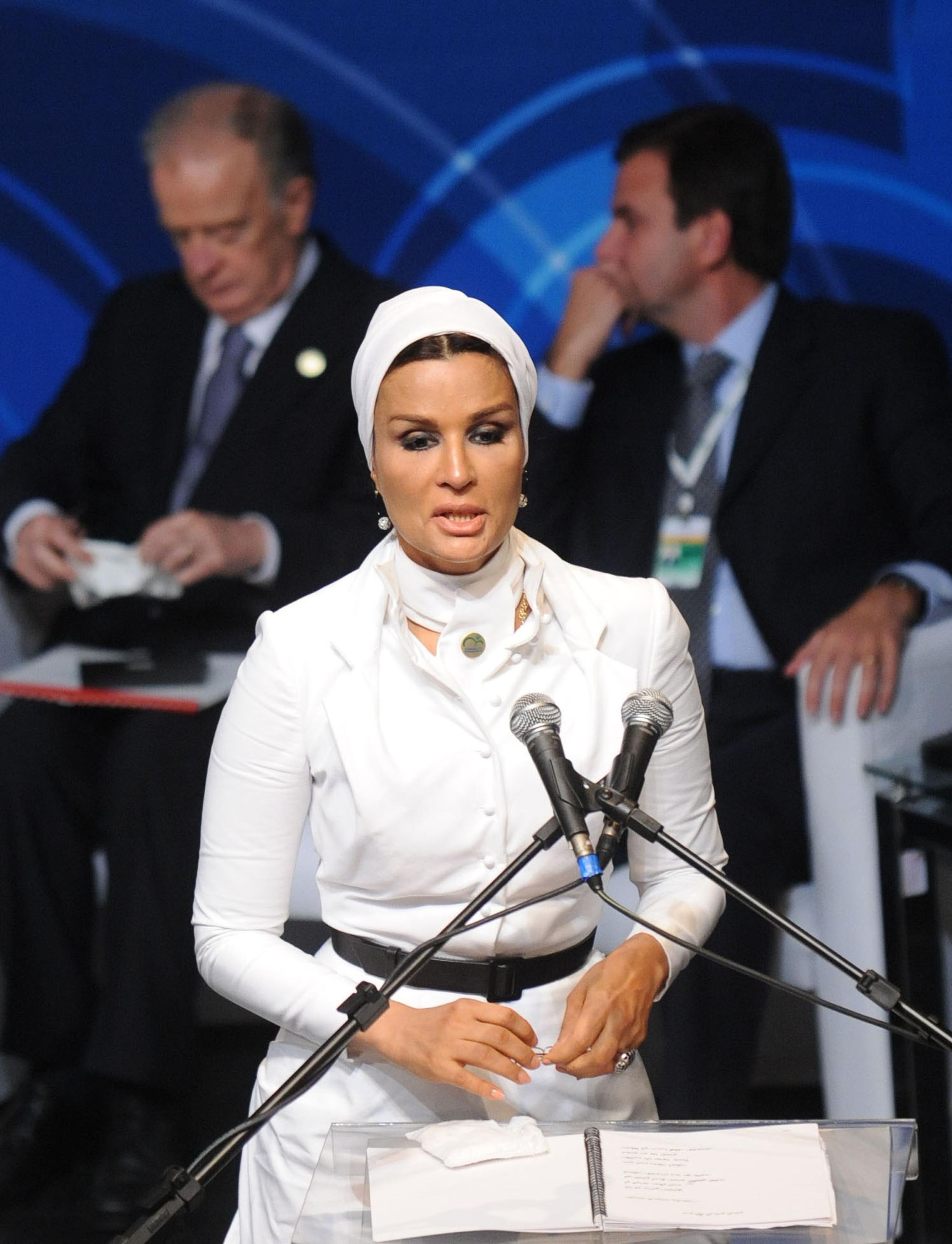 Как покорить не только мужа, но и весь мир: шейха Моза - самая богатая женщина арабских стран