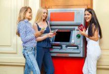 Девушки у банкомата