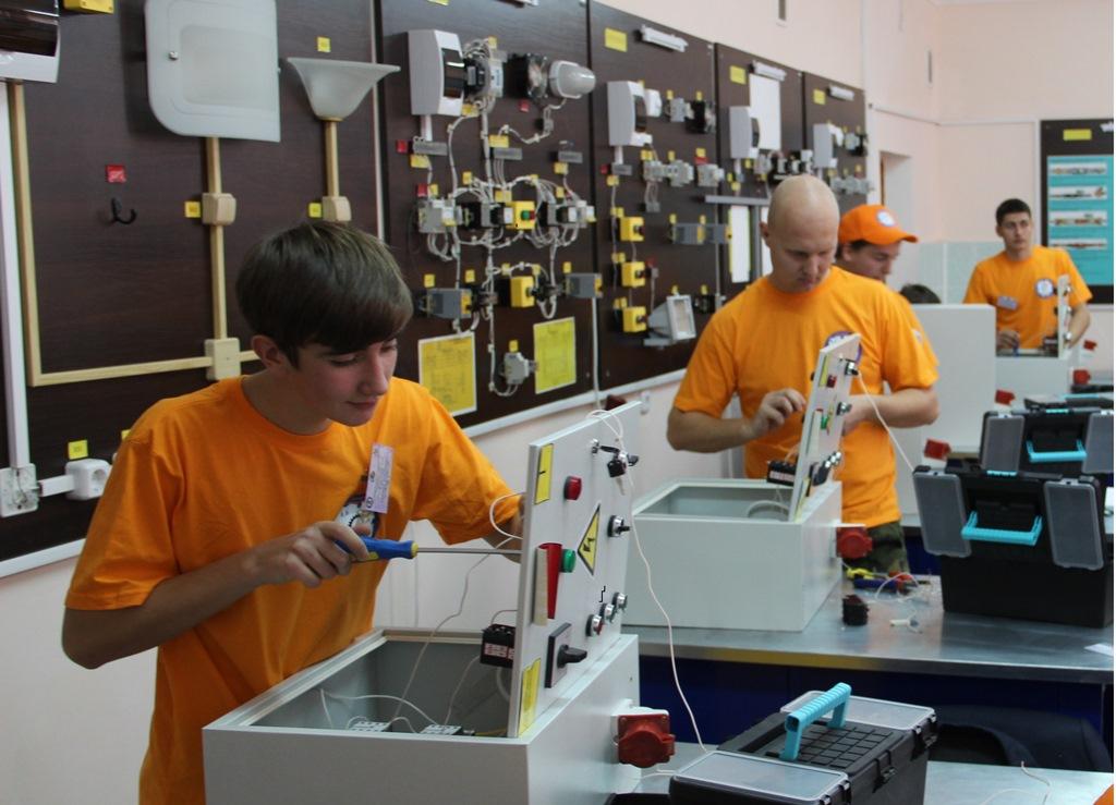 Студенты-электромонтеры