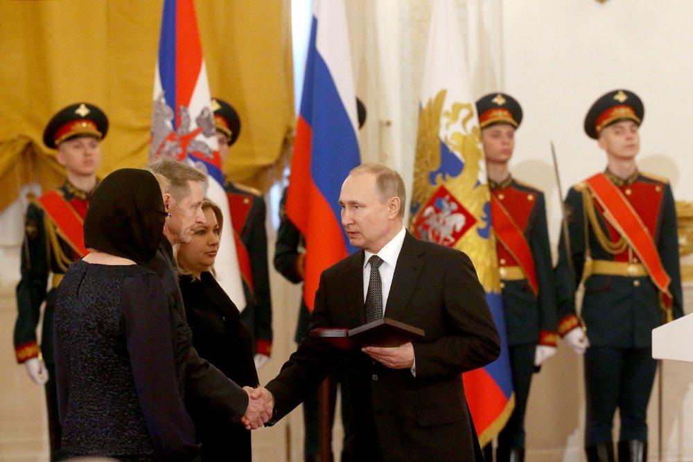 Президент награждает звездой Героя семью летчика Филиппова