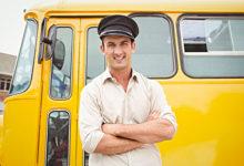 Шофер рядом с автобусом