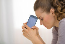 Женщина с мобильным