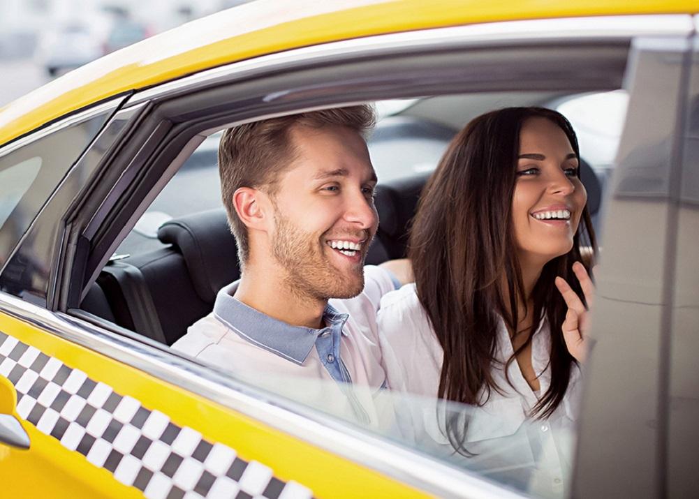 довольные пассажиры в такси