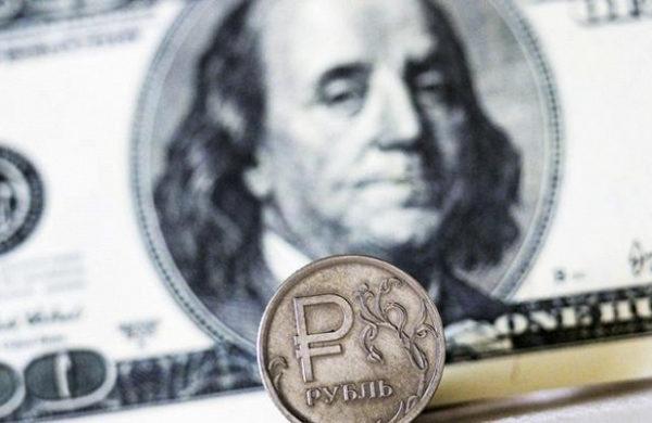 Курс доллара продолжает стремительно расти
