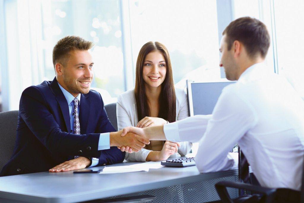 клиент банка оформляет кредит