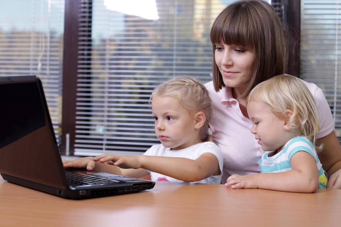 женщина с детьми за компьютером