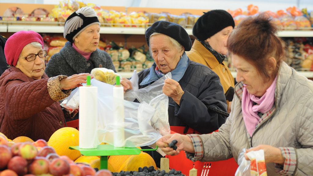 пенсионеры в продуктовом магазине