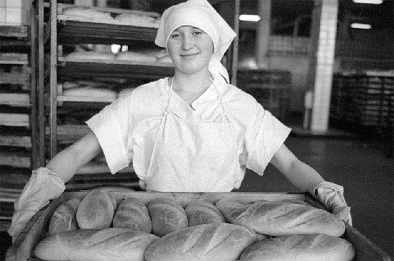 Работница советского хлебозавода