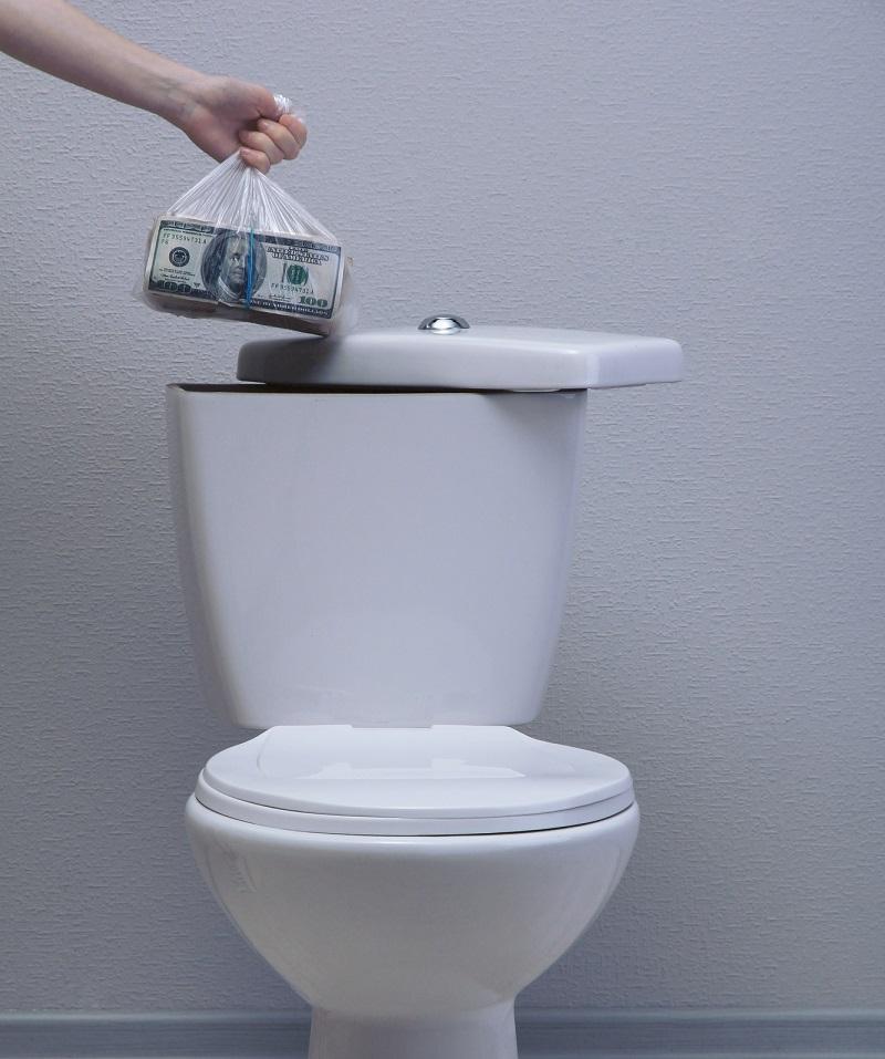 Прятать деньги в бачке унитаза