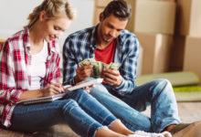 Муж и жена считают деньги и записывают в блокнот
