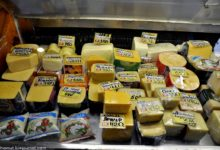 Сыр на витрине