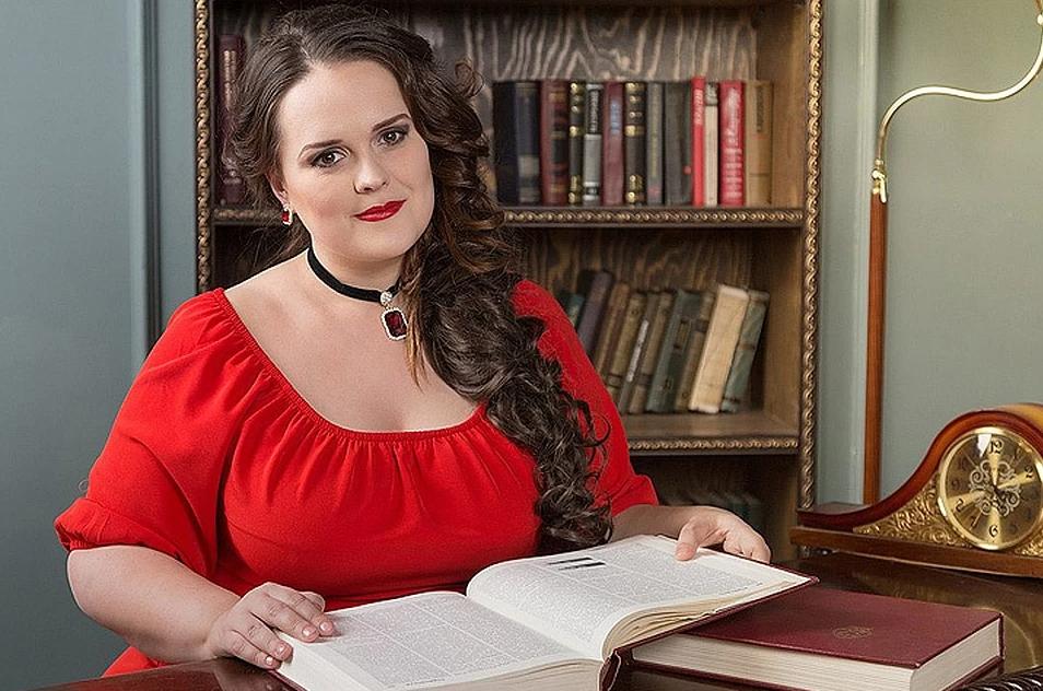 Женщина в красном платье с книгой