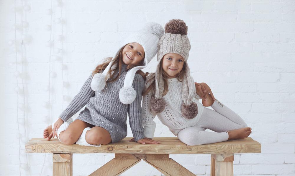 Девочки на скамье в студии