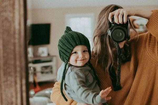 Мама фотографирует ребенка в зеркале