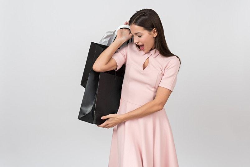 Девушка с пакетами в руках