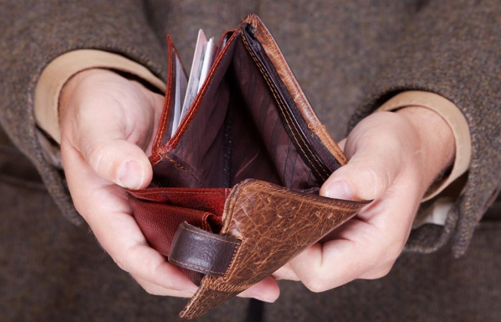 Пустой кошелек в руках