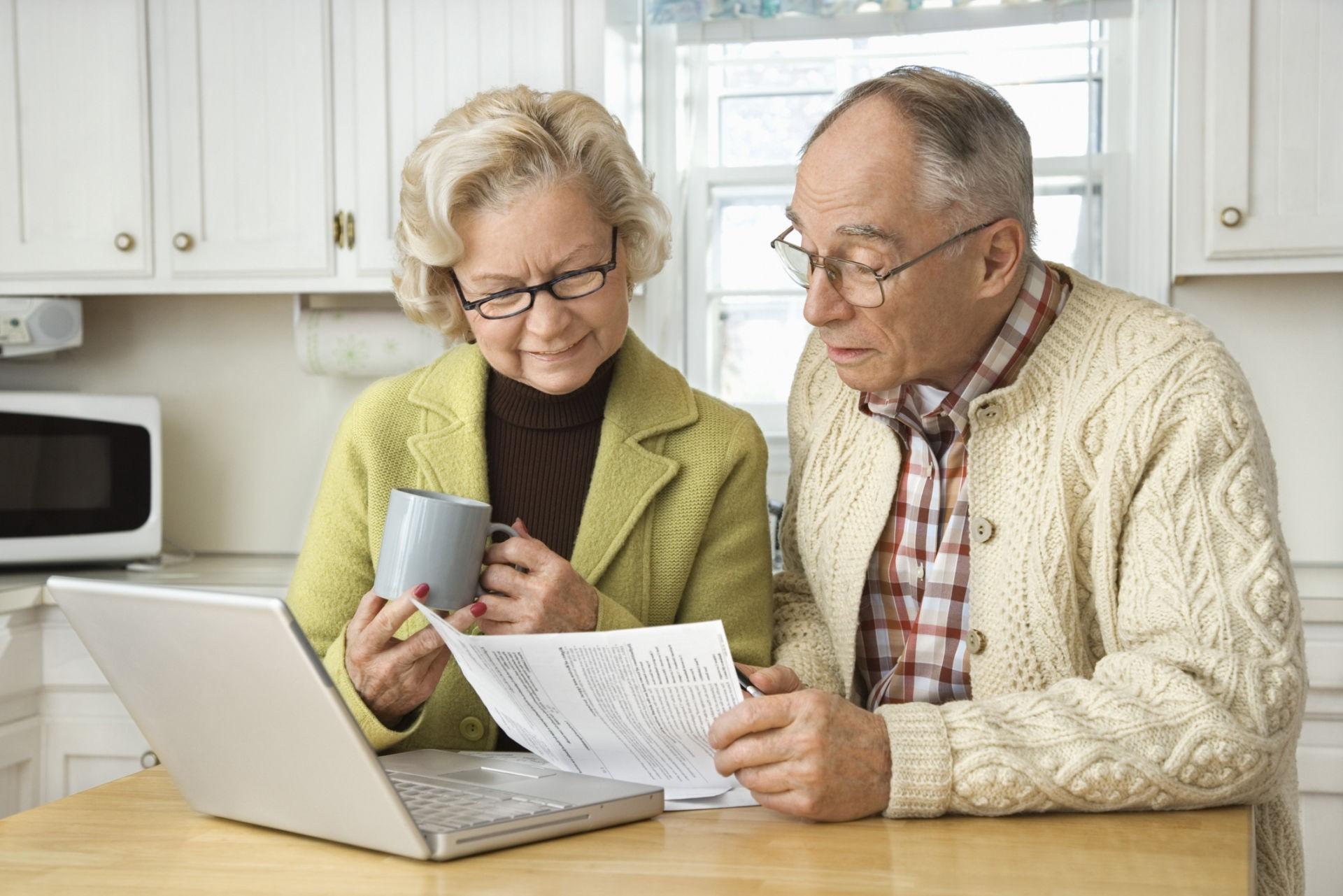 Пенсионеры с квитанцией