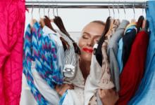 Женщина и вещи в шкафу