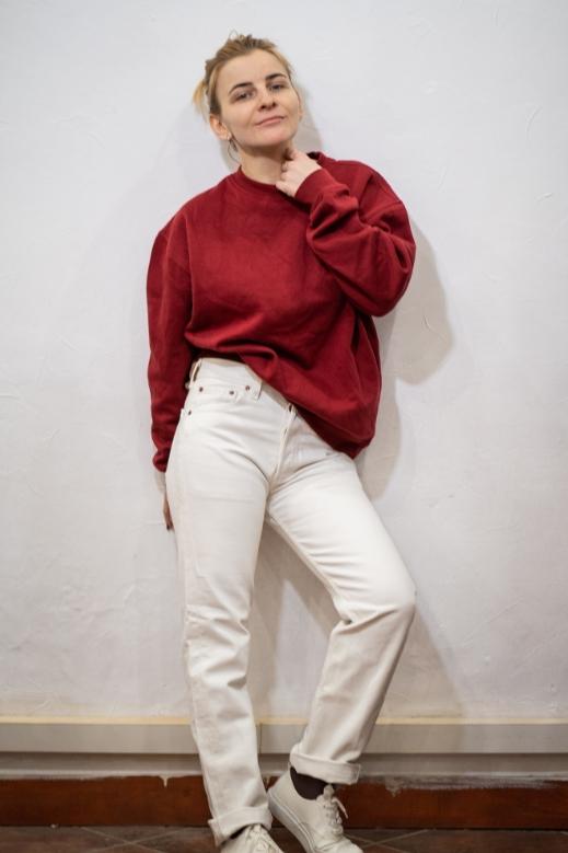 Девушка в джинсах и пуловере