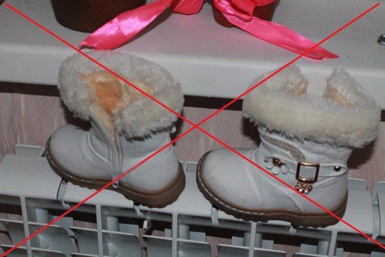 Детские сапожки на радиаторе отопления