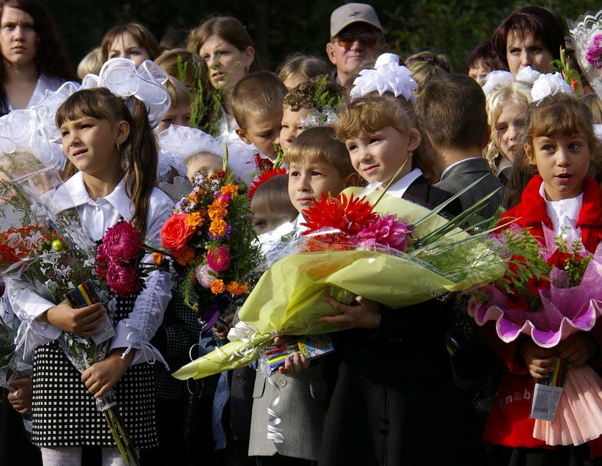 Ученики начальной школы с цветами
