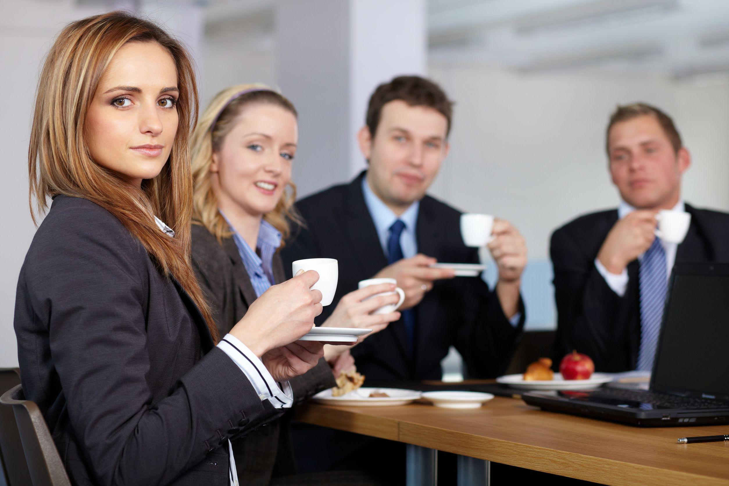 Офисные работники пьют чай