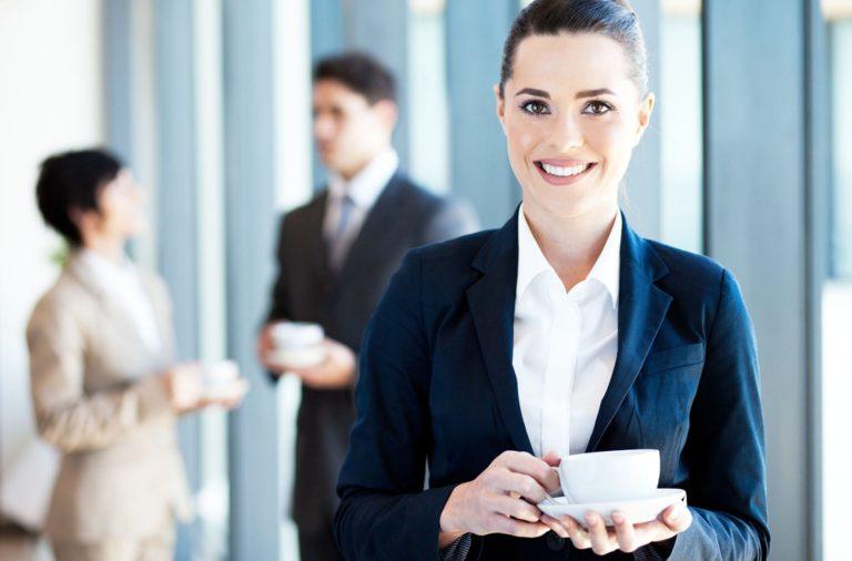 Девушка держит чашку с чаем в руках