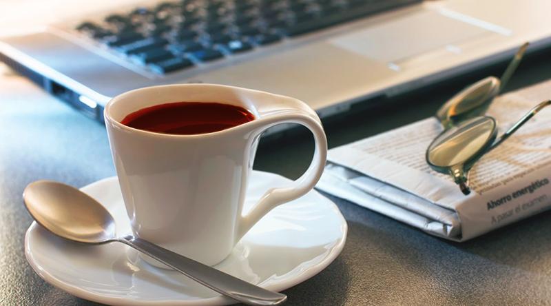 Чашка чая на рабочем столе