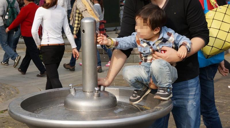 Ребенок справляет нужду в фонтан