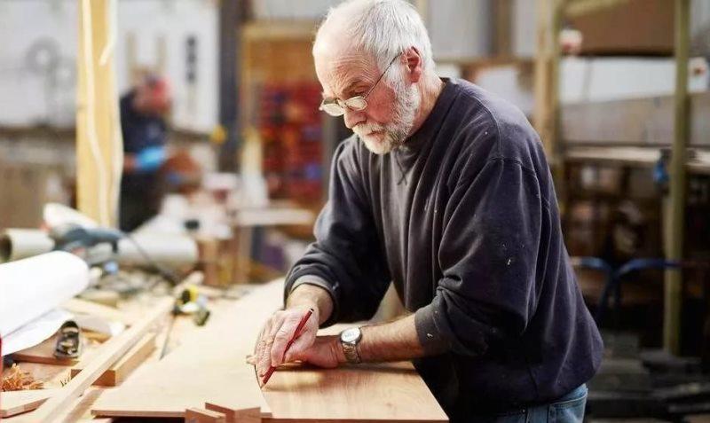 Пожилой мужчина за работой