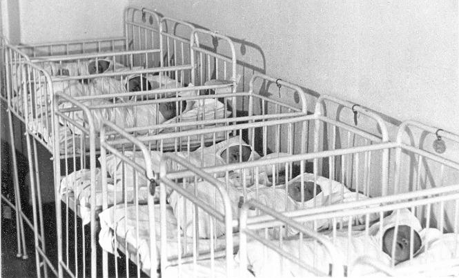 Новорожденные в советском роддоме