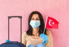 Женщина в маске и флаг Турции