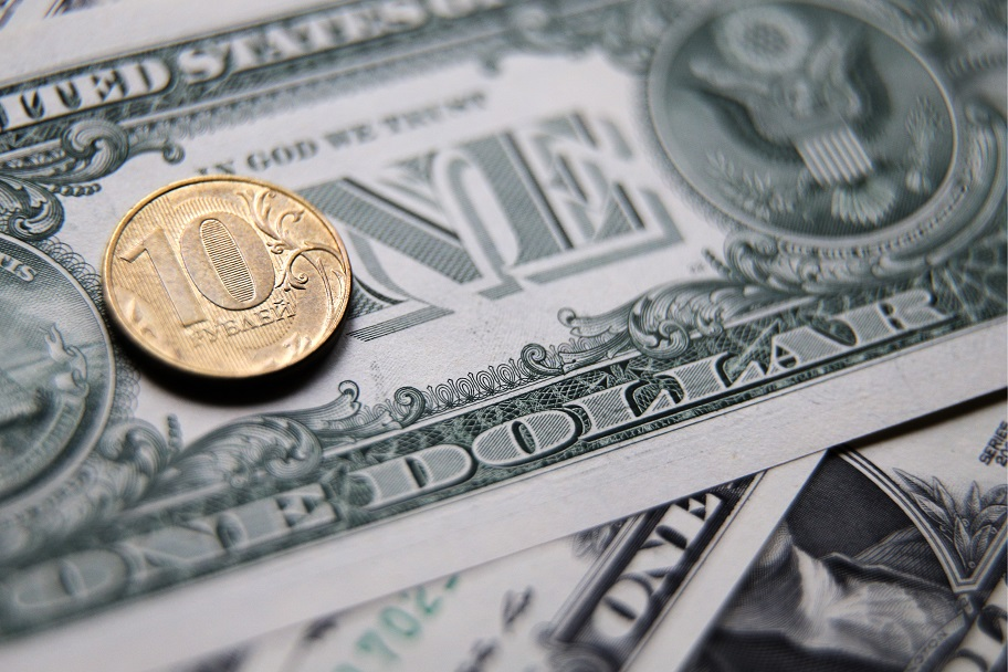 10-рублевая монета на бумажном долларе
