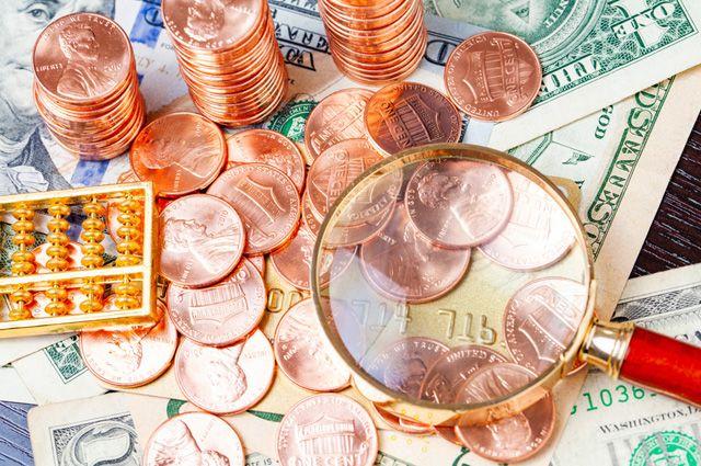 Купюры, монеты,счеты и лупа