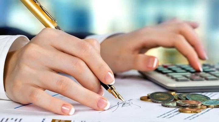 Ручка и калькулятор в руках