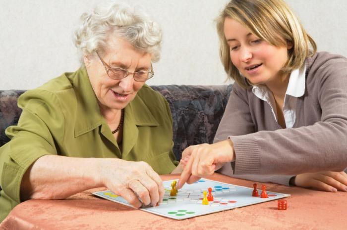 Две женщины играют в настольную игру