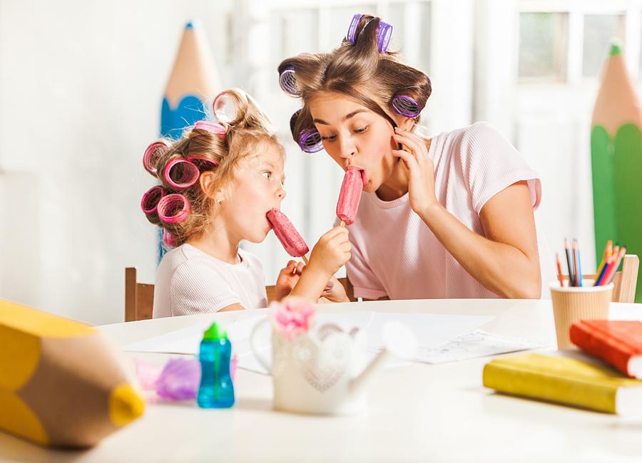 Мама и дочка едят мороженое