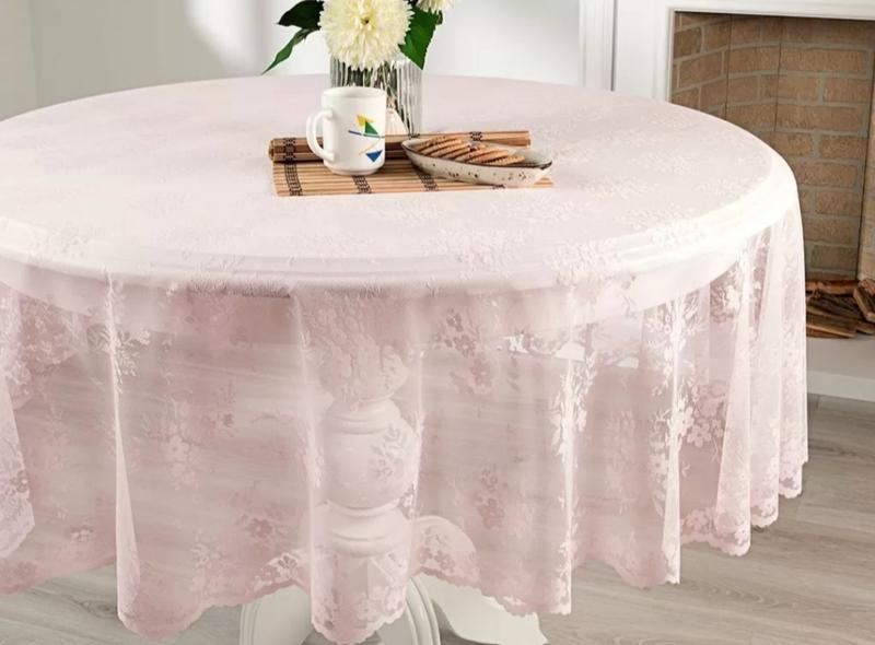 Накрытый скатертью стол